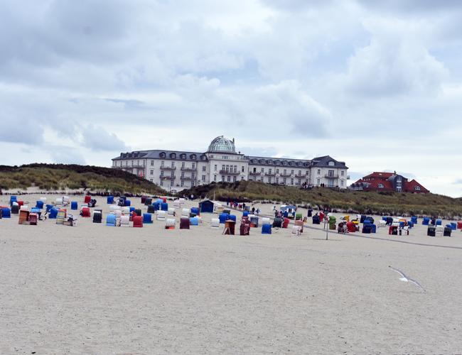 Juist - Blick aufs Kurhaus vom Strand aus