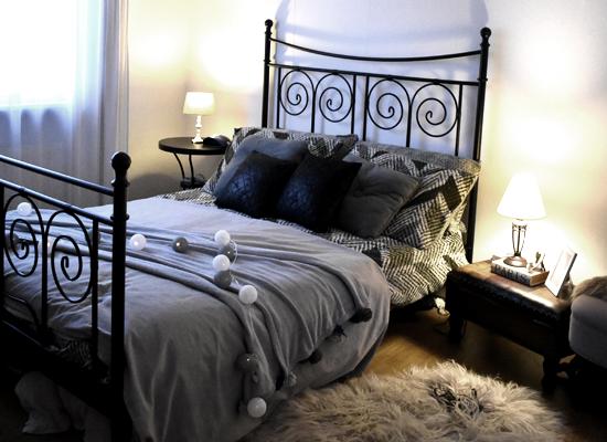 Dunkle Möbel mit hellen Möbeln und Textilien kombinieren